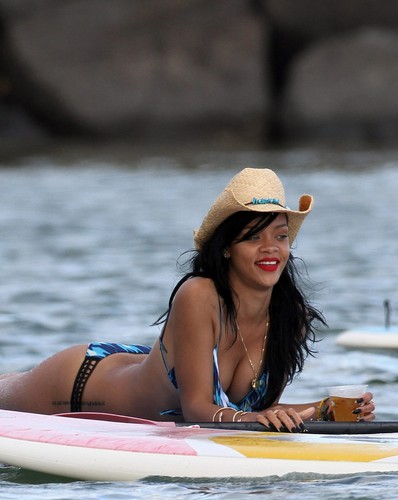 In A Bikini On The ビーチ In Hawaii [28 April 2012]