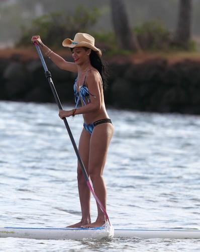 In A Bikini On The plage In Hawaii [28 April 2012]