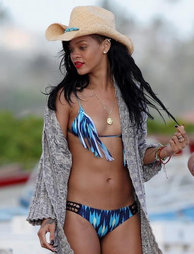 In A Bikini On The ساحل سمندر, بیچ In Hawaii [28 April 2012]