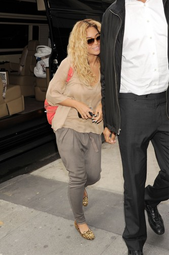 In NYC [25 April 2012] - beyonce Photo