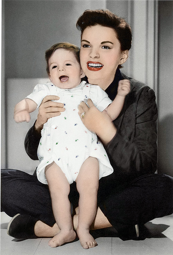 Judy Garland kertas dinding possibly containing a neonate and skin called Judy and Liza