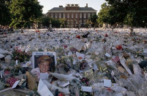 Kensington Palace floded with fleurs for Princess Diana