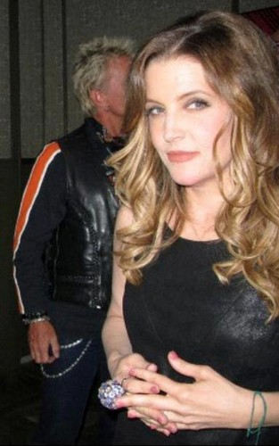 Lisa Marie Presley fond d'écran probably with a hip boot, tights, and a well dressed person titled Lisa April 2012