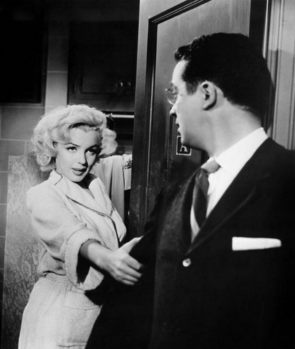Marilyn Monroe karatasi la kupamba ukuta containing a business suit, a suit, and a dress suit titled Marilyn Monroe and Tommy Noonan (Gentlemen Prefer Blondes)