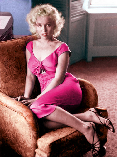 Marilyn Monroe wallpaper probably with tights, a couch, and a living room called Marilyn Monroe