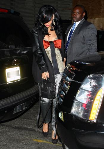 リアーナ - Arriving back at her hotel in NYC after the TIME gala - April 24, 2012