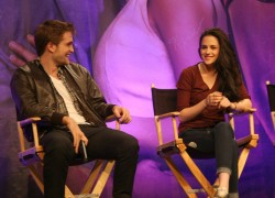 Rob at the 'Breaking Dawn - Part 1' LA convention!  - robert-pattinson Photo