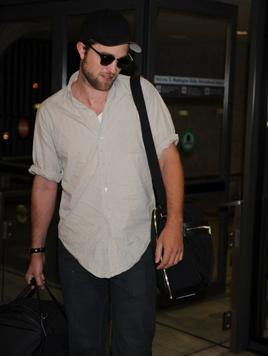 Robert Pattinson wallpaper called Robert Pattinson arriving in DC, 27-04-2012