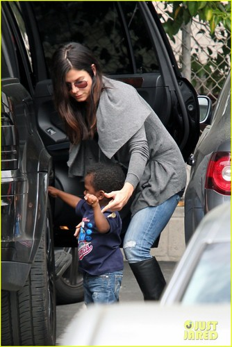 Sandra Bullock: Shopping Trip with Louis!