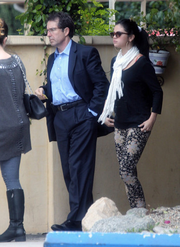 Selena lunches with her mom