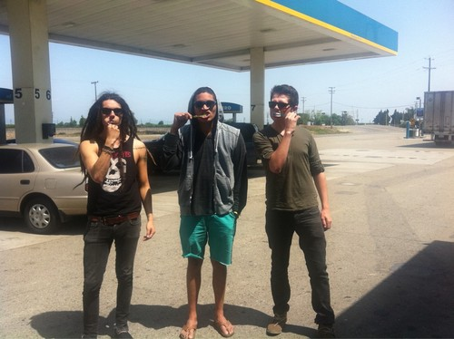 Strange boys, brushin their teeth in the middle of nowhere on their way to Modesto
