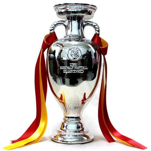 UEFA Euro 2012 壁纸 called The Henri Delaunay Trophy Cup Replica
