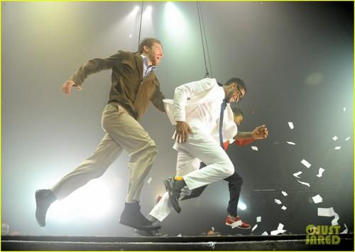 Ашер & Justin Bieber: 'Fuerza Bruta' Dance Off!