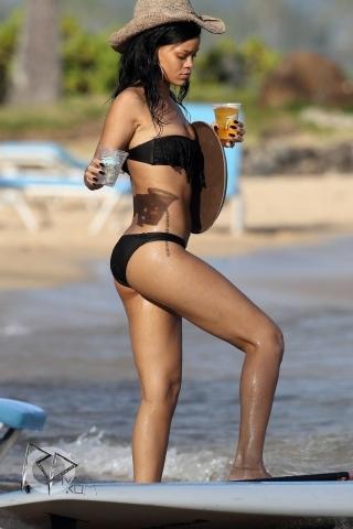 Wearing A Bikini In Hawaii [27 April 2012]