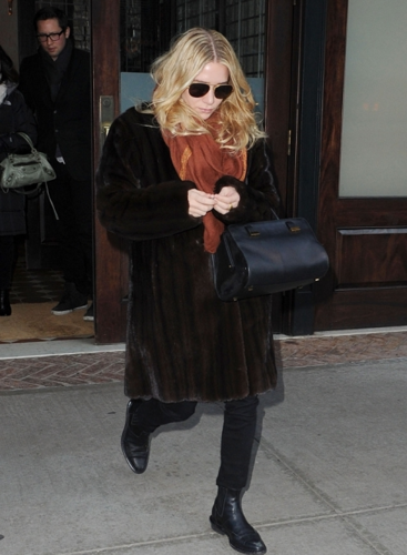 Ashley - Leaving her hotel in New York, December 18, 2011 - mary-kate-and-ashley-olsen Photo