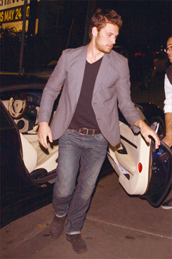 Alex Pettyfer arriving at অট্টালিকা Marmont in West Hollywood (May 3, 2012)