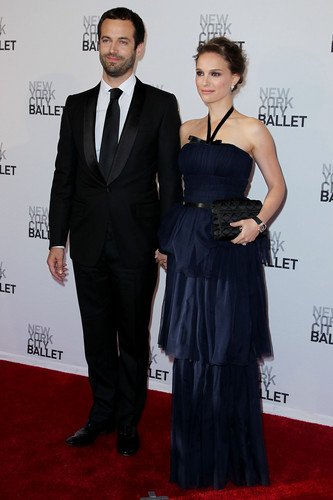 Natalie Portman karatasi la kupamba ukuta with a business suit called Attending the New York City Ballet's Spring Gala at David H. Koch Theater, lincoln Center, NYC (May