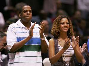 Beyoncé and Jay Z at a game