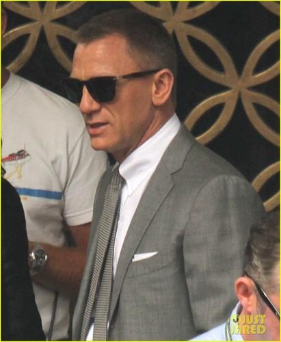 Daniel Craig & Rachel Weisz Hold Hands on Set!