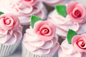 Cupcakes wallpaper with a bouquet, a cupcake, and a rose called Flower Cupcakes