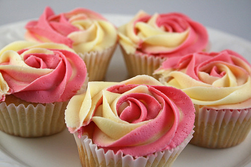 Food wallpaper with a bouquet, a cupcake, and a rose titled Flower Cupcakes