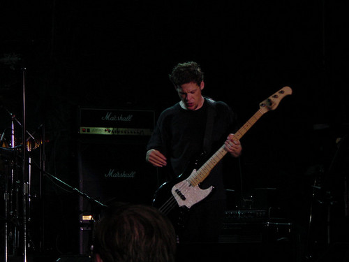 Jason Newsted achtergrond with a concert and a guitarist entitled Jason Newsted