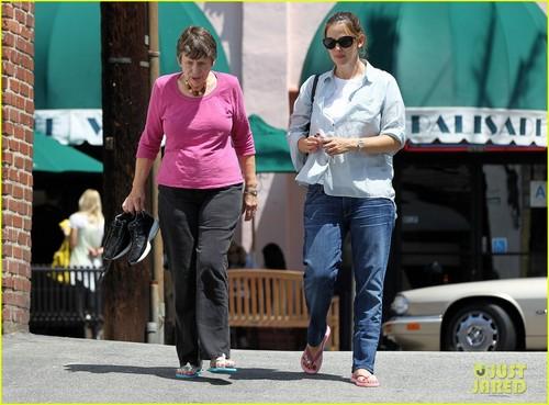Jennifer Garner: Nail دن with Mom Patricia!