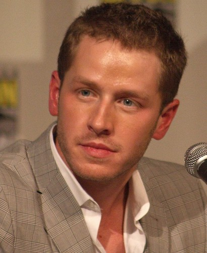 Однажды в сказке Обои possibly containing a business suit titled Josh Dallas