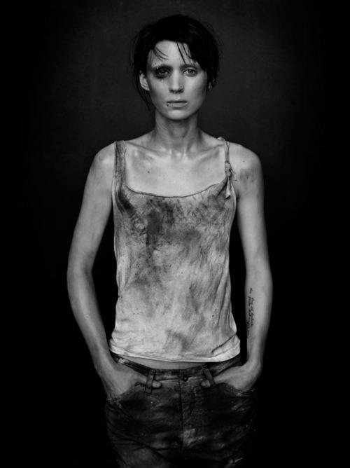Девушка с татуировкой 2009