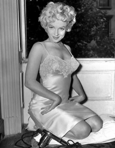 Marilyn Monroe karatasi la kupamba ukuta titled Marilyn Monroe
