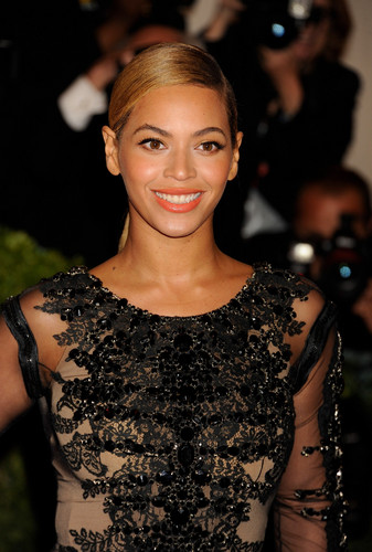 Beyonce wallpaper possibly with a bustier, a cocktail dress, and a chemise titled Metropolitan Museum of Art Costume Institute Gala in New York City [7 May 2012]
