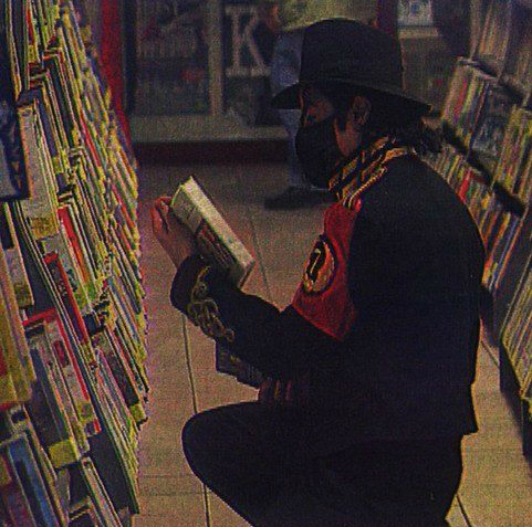 Michael Jackson পাঠ করা in লাইব্রেরি (rare)♥