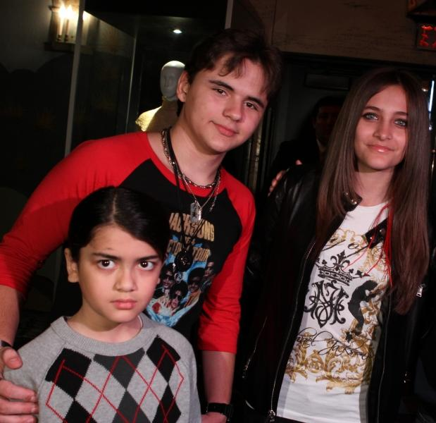 Michael Jackson's 3 beautiful kids Blanket Jackson Mini MJ, Prince Jackson and Paris Jackson <333