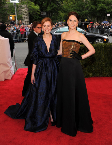 Downton Abbey Обои probably containing a bridesmaid and a ужин dress titled Michelle Dockery and Laura Carmichael at MET Gala
