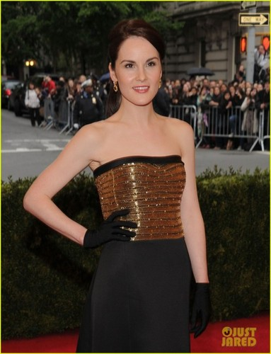 Downton Abbey hình nền possibly with a cốc-tai, cocktail dress, a bữa tối, bữa ăn tối dress, and a strapless entitled Michelle Dockery at the MET Gala