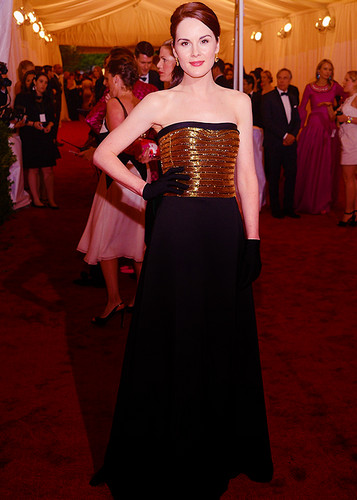 Downton Abbey karatasi la kupamba ukuta entitled Michelle Dockery at the MET Gala