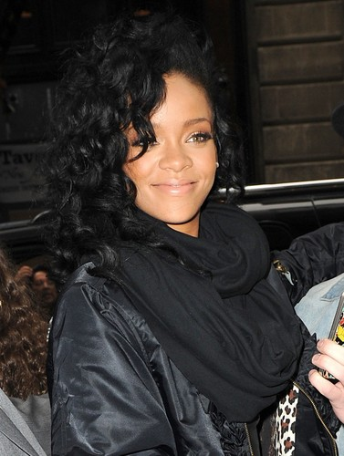 Rihanna wallpaper titled Midtown Hotel With Fans In NYC [3 May 2012]
