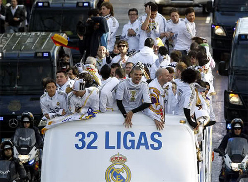 Real Madrid Players Celebrating 32 Ligas