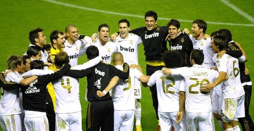 Real Madrid C.F. wallpaper containing a wicket, a fielder, and a bowler titled Real Madrid Players Celebrating 32 Ligas