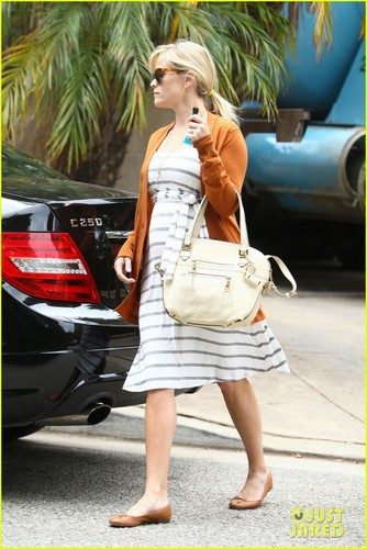 Reese Witherspoon Shows Her Baby Bump Stripes - reese-witherspoon Photo