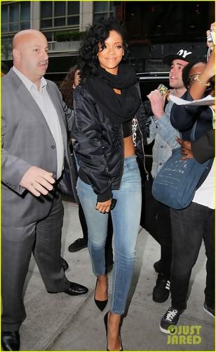 Rihanna Loves Vevo's Tweets!