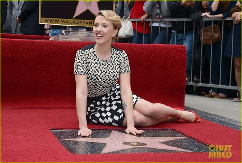 Scarlett Johansson: estrella on Hollywood Walk of Fame!