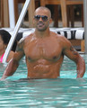 Shemar Moore Enjoying A 일 At The Pool In Miami