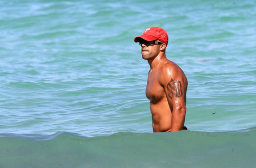 Shemar Moore Flexes at the ビーチ