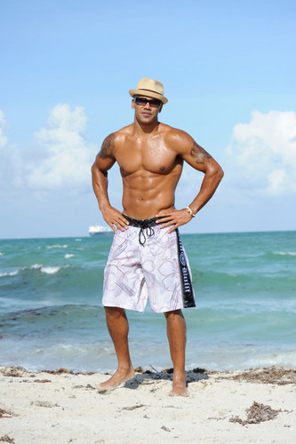 Shemar Moore Hits the bờ biển, bãi biển in Miami