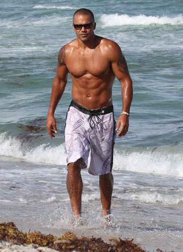 Shemar Moore Hits the 바닷가, 비치 in Miami