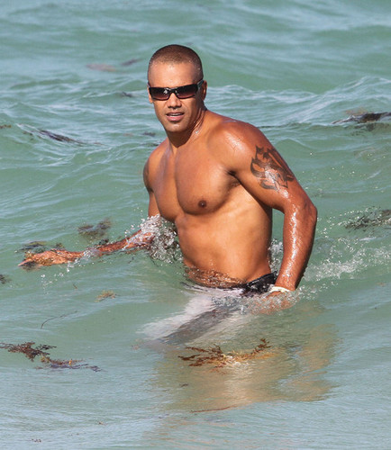 Shemar Moore Hits the ビーチ in Miami