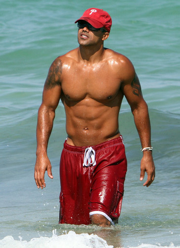 Shemar Moore दिखाना Off His Sculpted समुद्र तट Bod