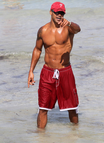 Shemar Moore Show Off His Sculpted 바닷가, 비치 Bod