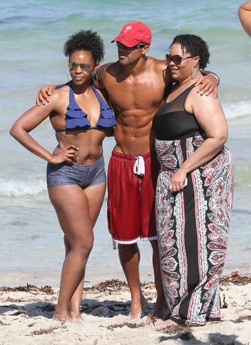 Shemar Moore mostra Off His Sculpted spiaggia Body